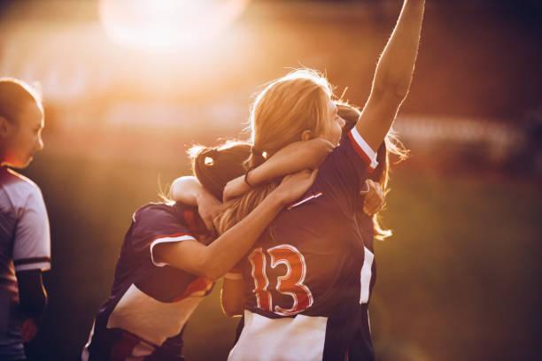 慶祝足球賽後的勝利! - 少女 個照片及圖片檔