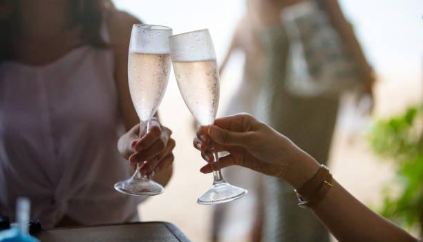 Wir feiern mit Glas Wein – Foto