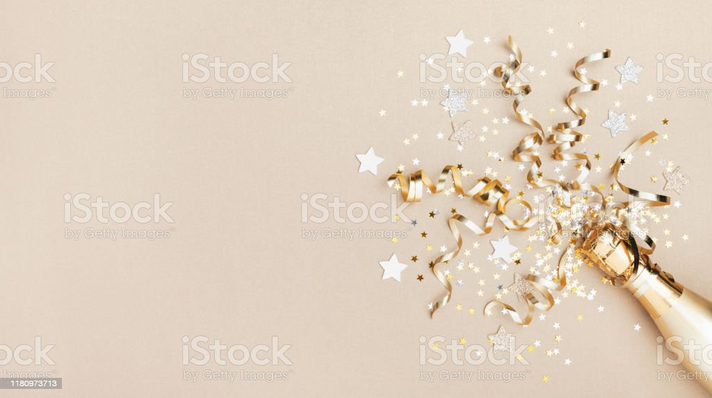 Celebration background with golden champagne bottle, confetti stars and party streamers. Christmas, birthday or wedding concept. Flat lay. - Royalty-free Aniversário Foto de stock