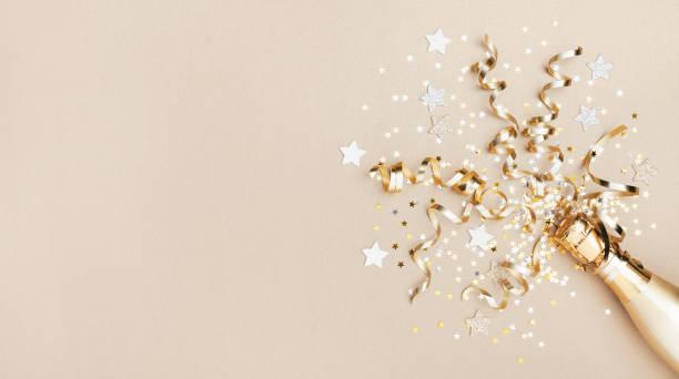 sfondo celebrazione con bottiglia di champagne dorato, stelle coriandoli e stelle filanti per feste. concetto di natale, compleanno o matrimonio. lay piatto. - flat lay foto e immagini stock