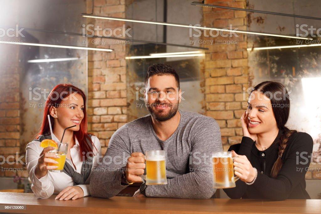 Feier Am Besten Freunde Männer Und Zwei Frau Trinkt Bier Nach Der