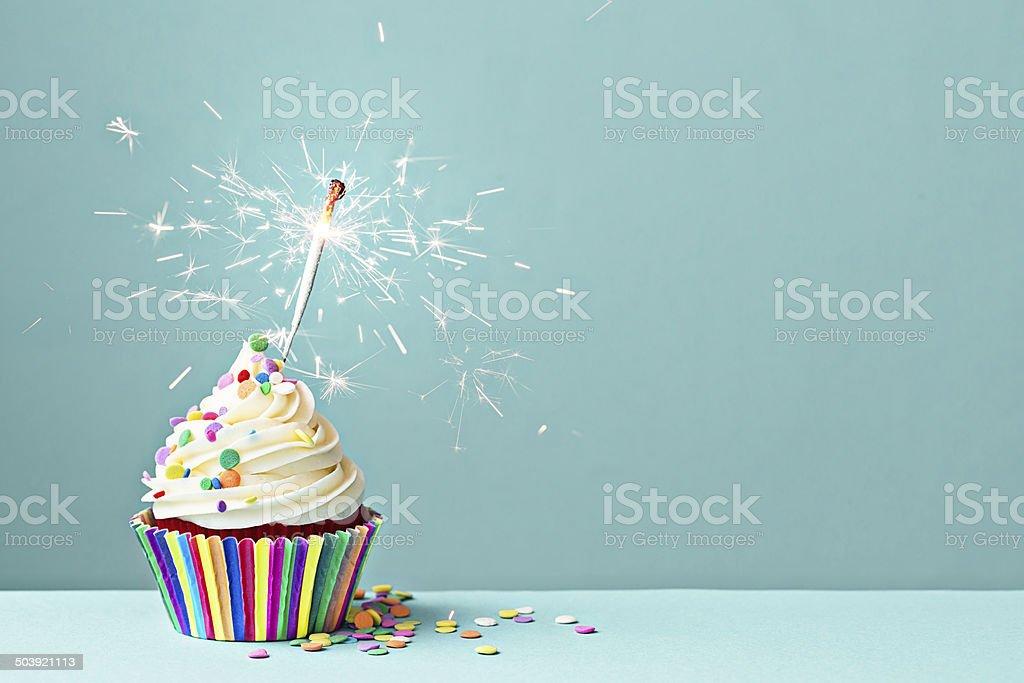 Празднование Капкейк с Бенгальский огонь - Стоковые фото Без людей роялти-фри