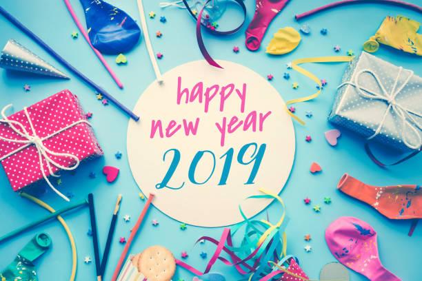 2019 feier frohes neues konzepte ideen mit bunten element, geschenk-box vorhanden, konfetti, ballons - weihnachtsessen ideen stock-fotos und bilder
