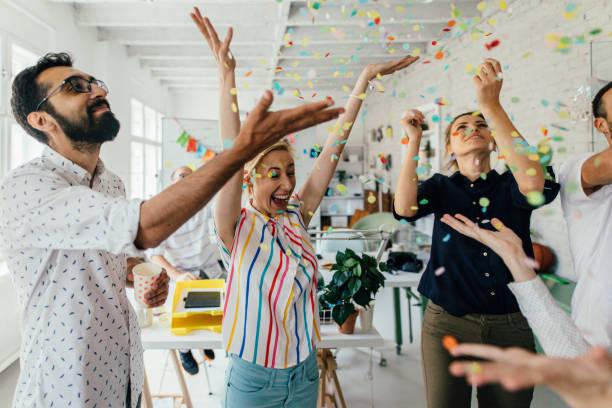 在辦公室慶祝 - 成功 個照片及圖片檔