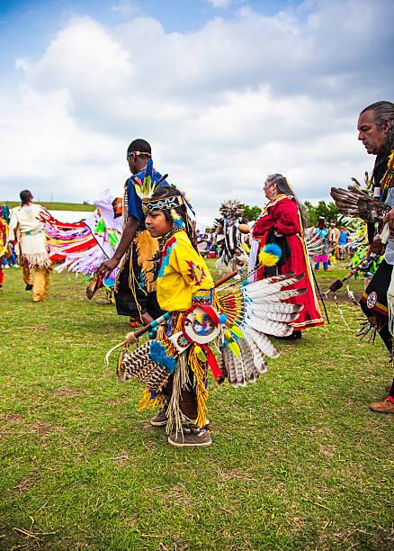 feier des life - indianer kostüm herren stock-fotos und bilder