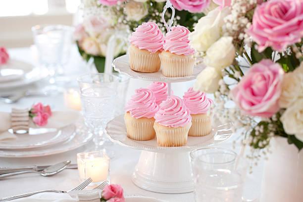 celebration party cupcakes und kerzen esstisch - rosentorte stock-fotos und bilder