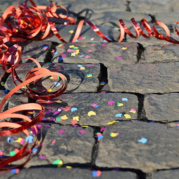 Feier-und Luftschlangen und Konfetti auf den Boden – Foto