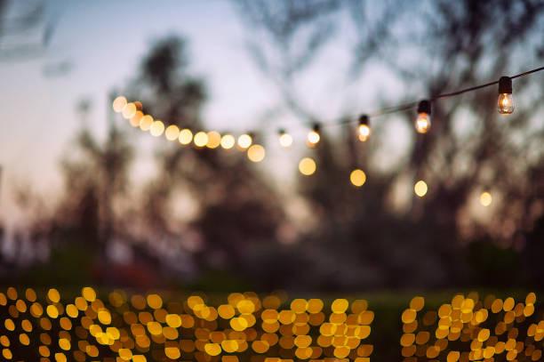 feier-lichterketten - outdoor esszimmer stock-fotos und bilder