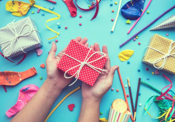 feier, party hintergründe konzepte ideen mit weiblichen hand schmücken bunte geschenkbox überreichen element - originelle geburtstagsgeschenke stock-fotos und bilder