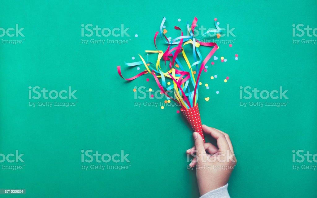 Celebración, fiesta concepts.hand celebración de colorido confeti, serpentinas. - foto de stock
