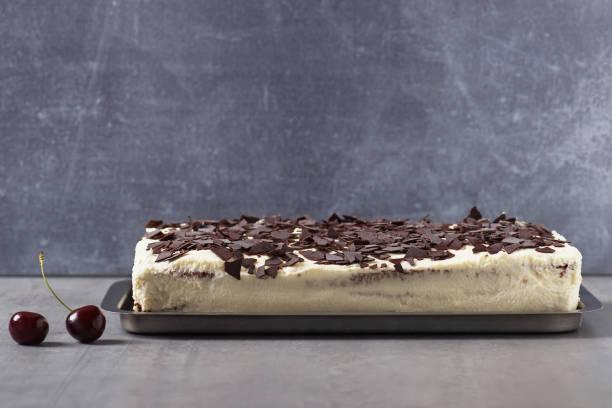 festlichen creme, schokolade und kirschen blechkuchen. - deutscher schokoladen zuckerguss stock-fotos und bilder