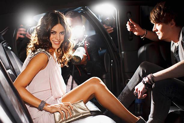 Célébrités qui émerge de voiture en direction de paparazzi - Photo