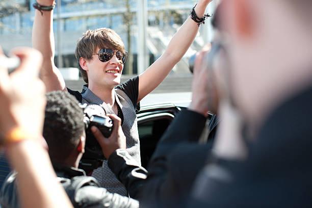 celebrity sortie de transport en limousine en direction de paparazzi - homme faire coucou voiture photos et images de collection