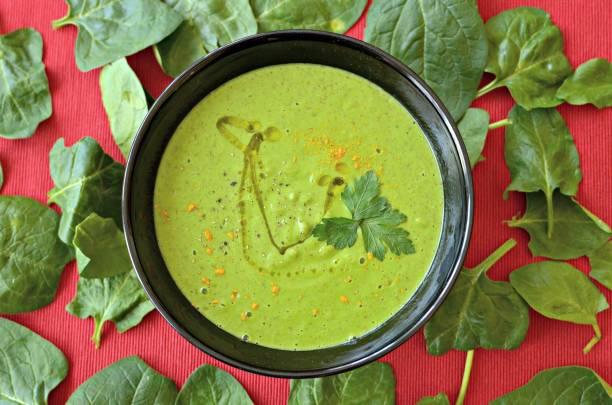 sellerie und lauch-creme-suppe - spinatsuppe stock-fotos und bilder
