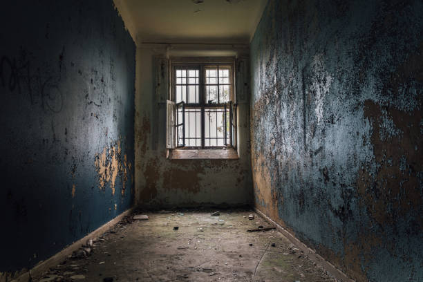 la cellule d'une vieille institution mentale fermée. - hopital psychiatrique photos et images de collection