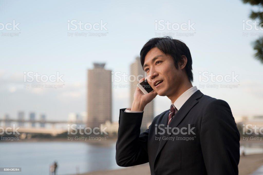 携帯電話や実業家、東京で屋外ビジネス イメージ ストックフォト