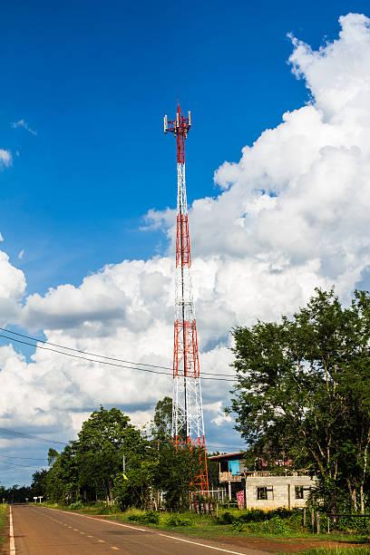 telefono cellulare e comunicazione torri contro il cielo blu - emissione radio televisiva foto e immagini stock