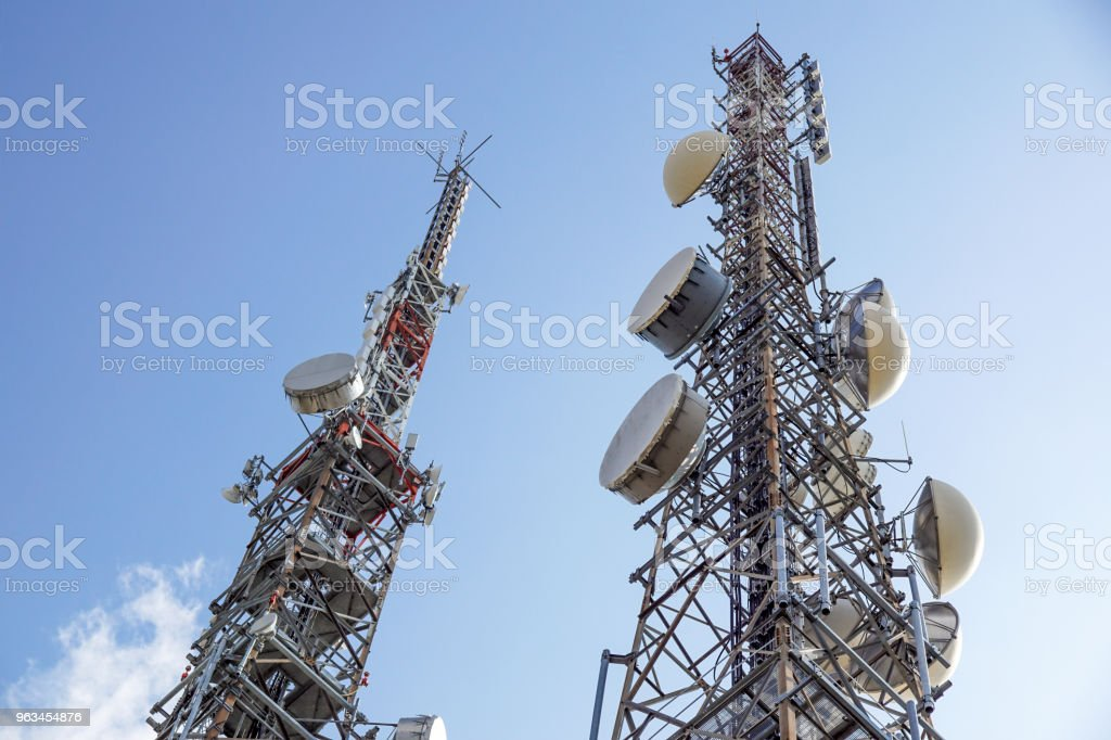 Cell phone antenna or aerial tower used for GSM and UMTS mobile phone transmissions - foto stock