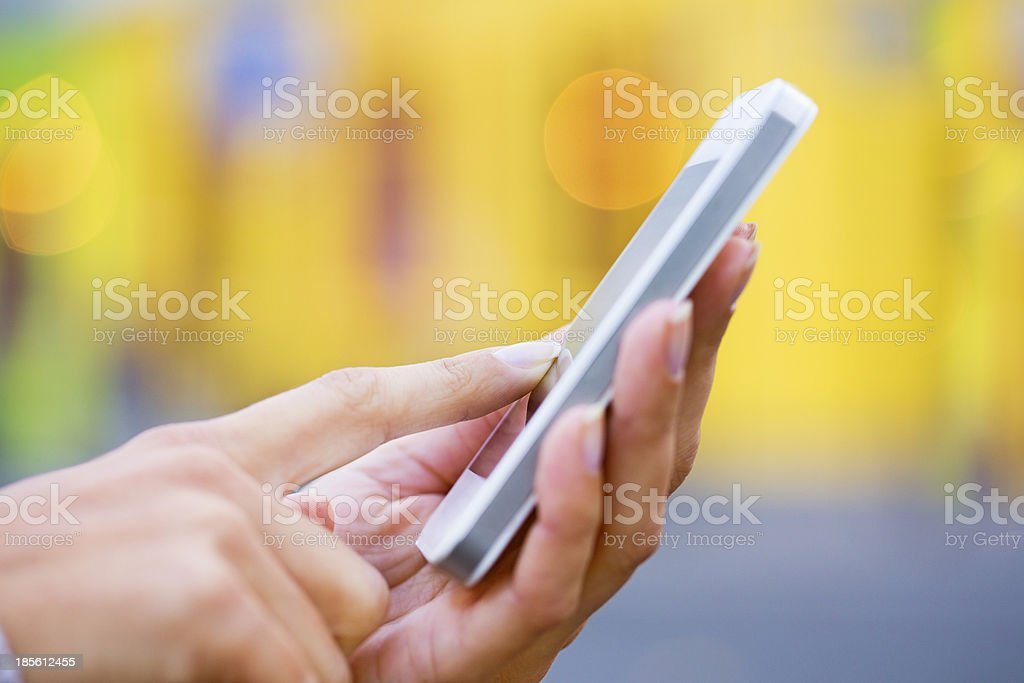 Telefono Cellulare In Una Mano Di Donna Sfondo Giallo Negozio