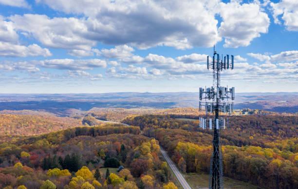 torre de telefonia celular ou serviço móvel em área florestal da virgínia ocidental fornecendo serviço de banda larga - cena rural - fotografias e filmes do acervo