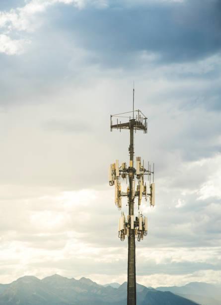 cell phone tower - ripetitore foto e immagini stock