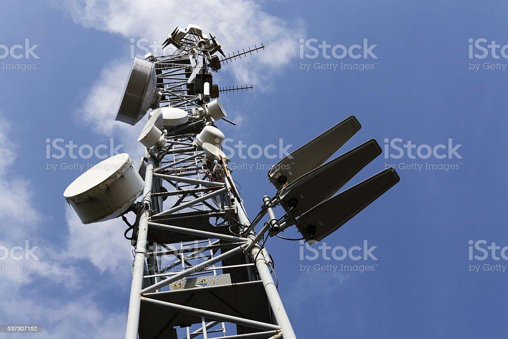 Handy sender auf Fernmeldeturm auf sonniger Tag – Foto