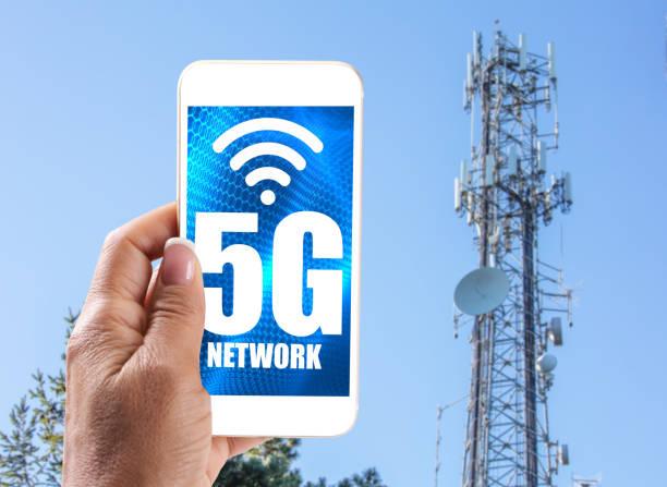 5G-Mobilfunkmast: 5G Kommunikation Towern mit Frau mit Handy – Foto