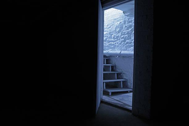 Weinkeller Treppe in der blue night Schatten – Foto