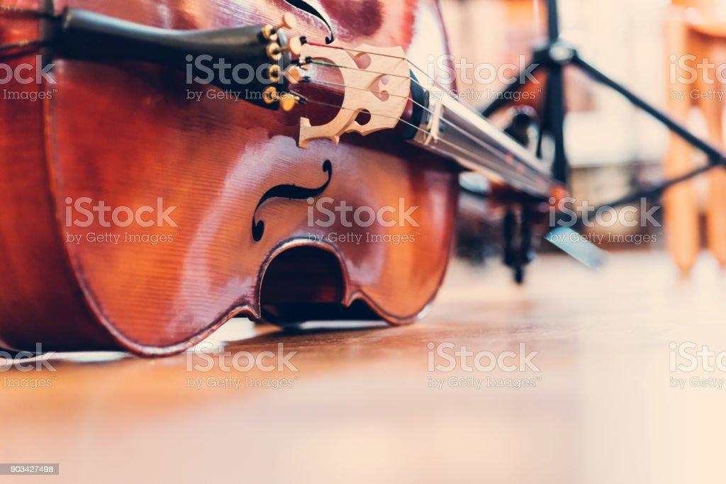 Cello auf den Holzboden vor dem Konzert – Foto