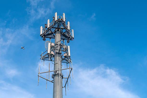 antenna cellulare - ripetitore foto e immagini stock