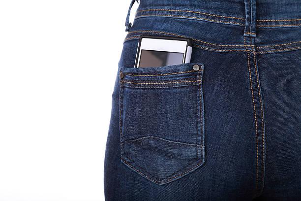 Celular em seu bolso - foto de acervo