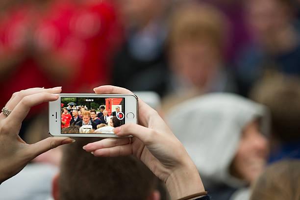 cellulare foto - principe harry foto e immagini stock