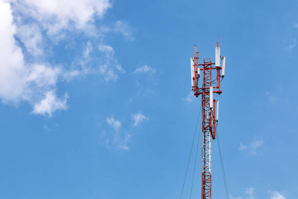 cellular phone antennas on a building roof - 4g foto e immagini stock
