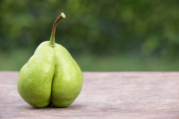 celluliter mat, diet concept, päron ser ut som en botten - bum bildbanksfoton och bilder