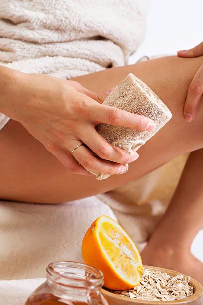 zellulitis-massage mit biologischen naturschwamm, honig und orange. - peeling bürste stock-fotos und bilder