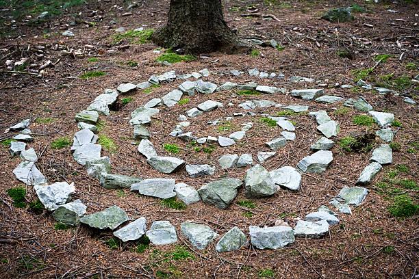 кельтский rune сшита из камнями в лесу - традиционная церемония стоковые фото и изображения