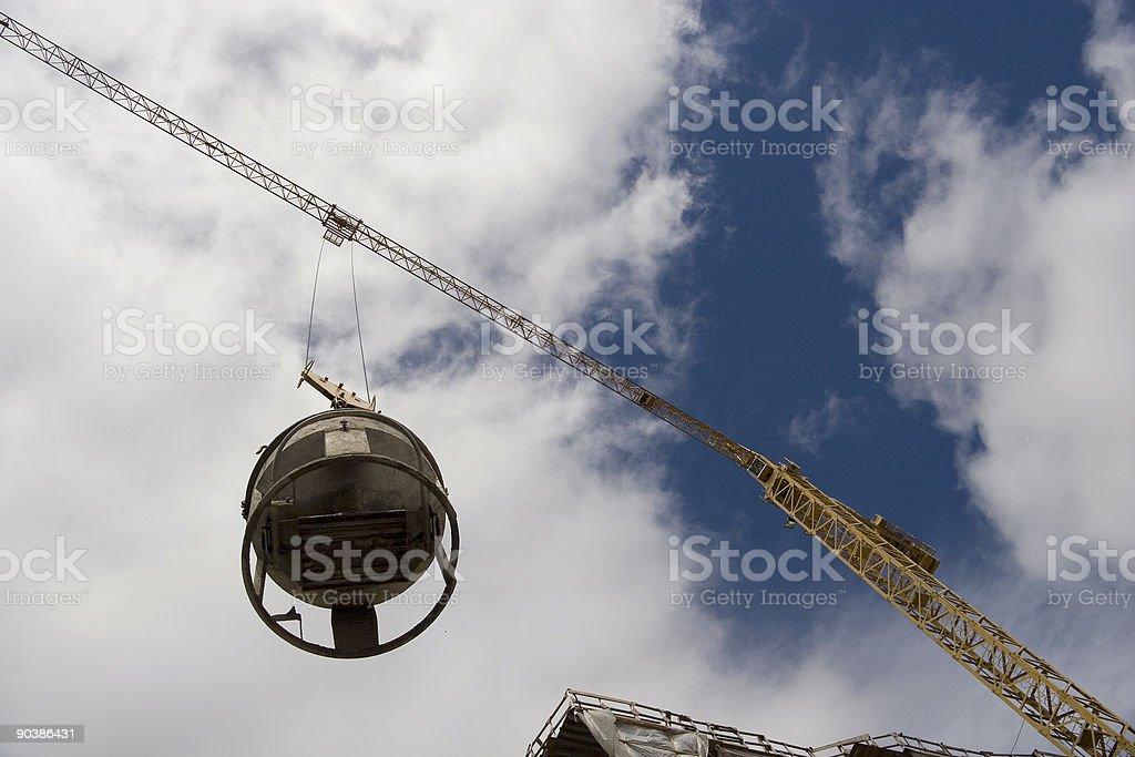 Cubo para cemento de que se ha levantado una grúa de construcción. - foto de stock