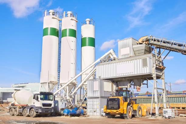 zementfabrik am sonnigen tag - betonwerkstein stock-fotos und bilder