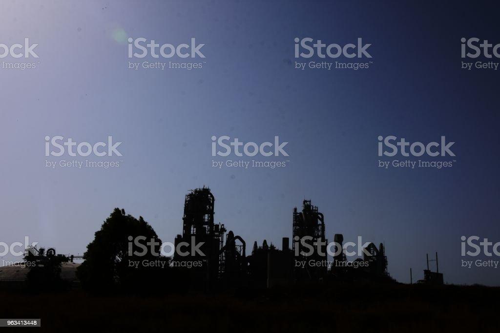 Usine de ciment - Silhouette - Photo de Bâtiment industriel libre de droits