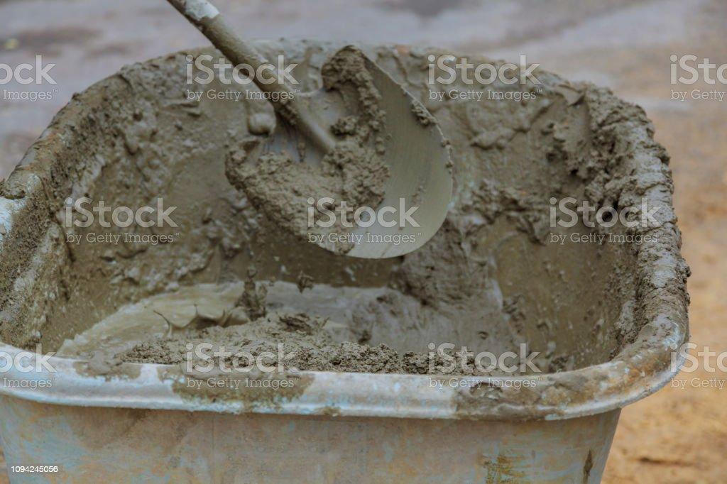 Mezclador de cemento bandeja para casa nueva construcción - foto de stock