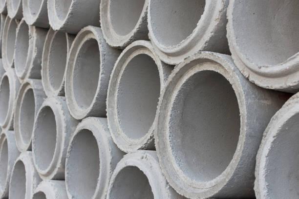 tuyaux de ciment pour la construction d'aqueduc. - matériau de construction photos et images de collection