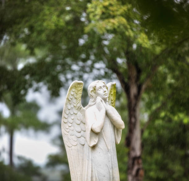 cemetery angel in the rain - mockup outdoor rain foto e immagini stock