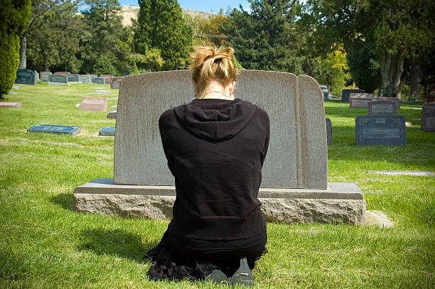 cemetery - funeral crying stockfoto's en -beelden