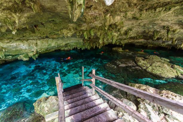 Cenote Dos Ojos in Quintana Roo, Mexiko. Menschen schwimmen und Schnorcheln im klaren Wasser. Diese Cenote befindet sich in der Nähe von Tulum in Halbinsel Yucatan, Mexiko. – Foto