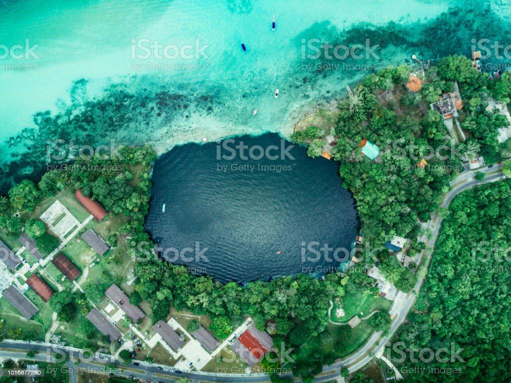 Negro, Cenote en bacalar, México - foto de stock