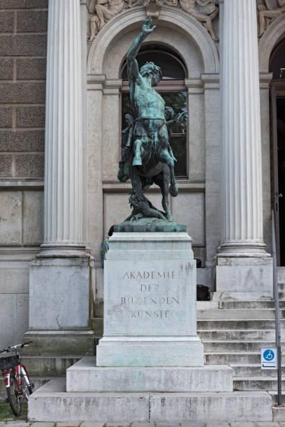 centaur skulptur före ingången av den academy of fine arts i wien - centaurus bildbanksfoton och bilder