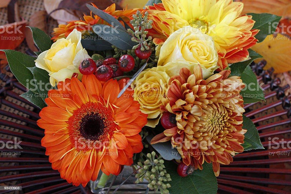 center Stück für Abendessen mit Rosen und gerbera daisies Lizenzfreies stock-foto