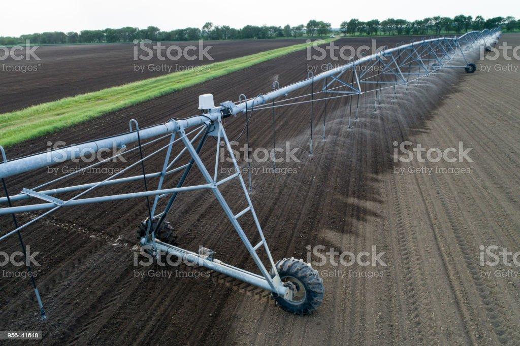 Zentrum-Pivot-Bewässerungs-System im Feld – Foto