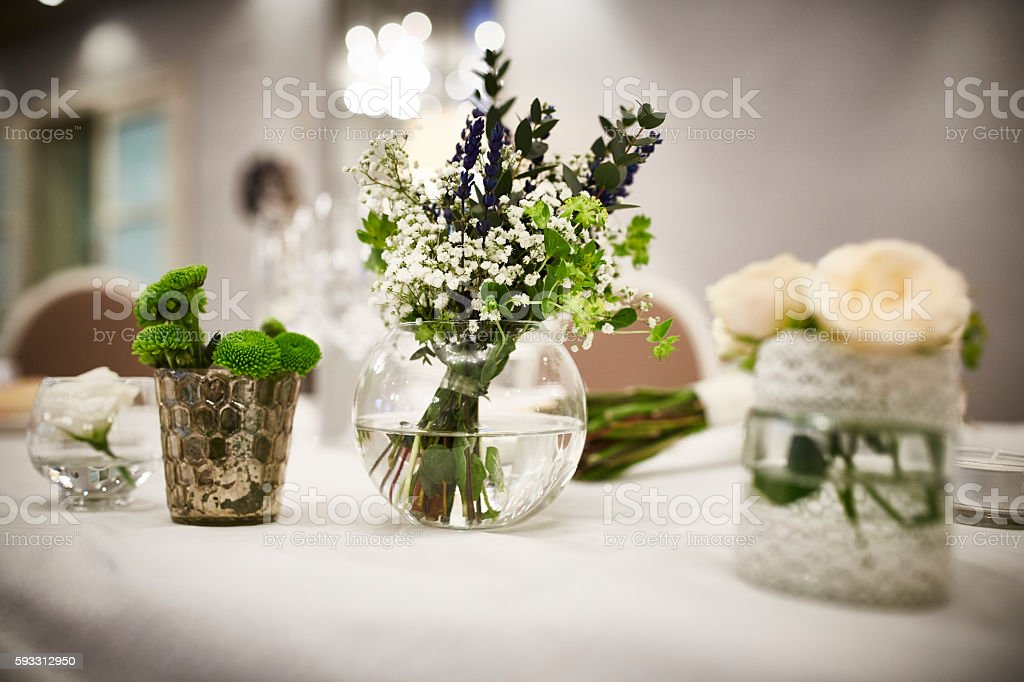 Centerpiece with flowers (white roses) in crystal vase - foto de stock