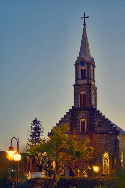 Zentrale Kirche des Rasens in der Abenddämmerung. – Foto